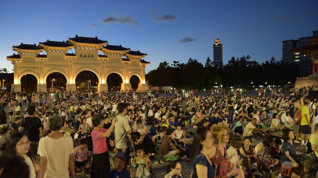 爵士樂迷熱情參與兩廳院夏日爵士派對,擠滿整個自由廣場與兩廳院空間。圖/台灣賓士提...