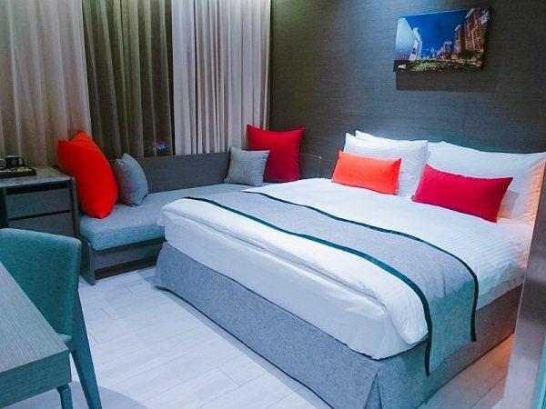 當天入住的房內,一大床、沙潑、書桌椅俱全。 徐谷楨/攝影