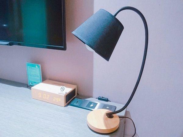 書桌上的檯燈與藍芽音箱。 徐谷楨/攝影