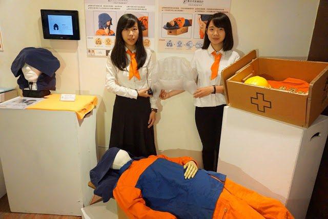 大葉大學工設系李婉蓉(左)、邱巧雲(右)在畢業展展出「整合性休憩設計」 大葉大學...