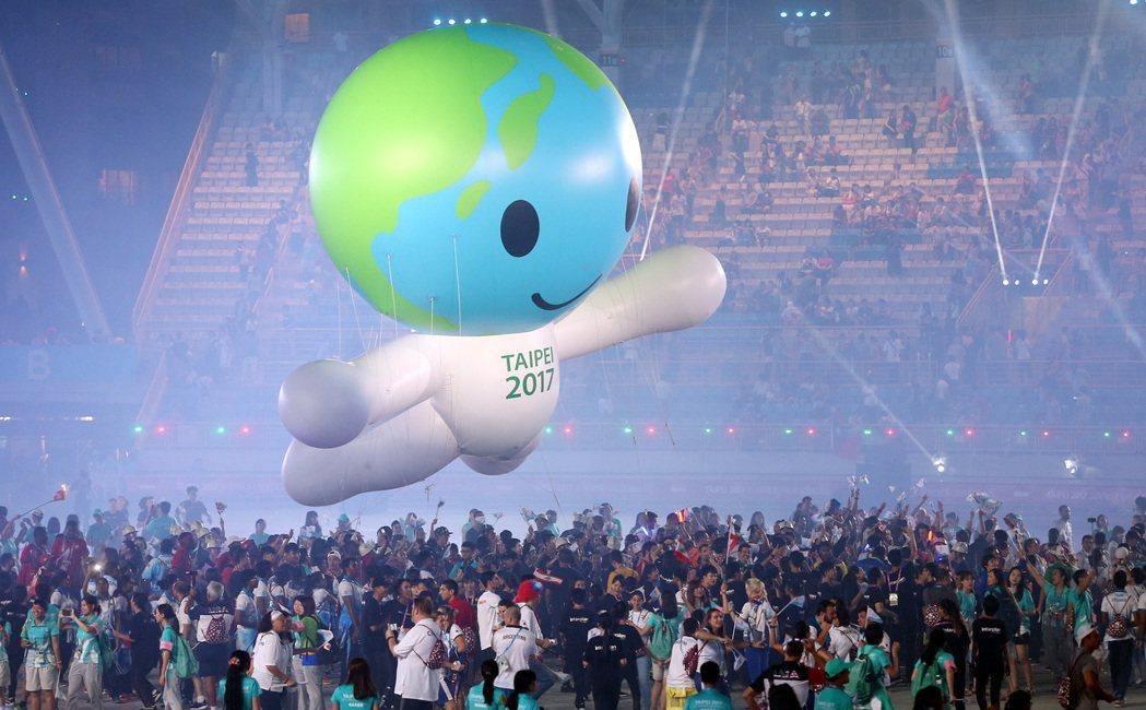 世大運娃娃氣球,漂浮在世大運閉幕式會場中央的選手上方。 記者侯永全/攝影