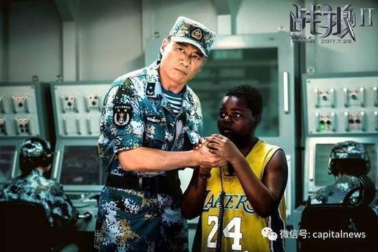 戰狼2電影裡跟著上軍艦的非洲男孩土豆。 圖/摘自長安街知事