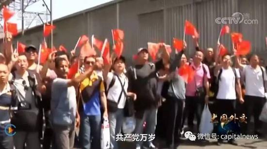 中國僑民在亞丁港迎接解放軍軍艦。 圖/摘自央視