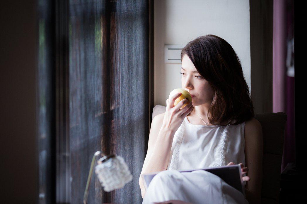 許瑋甯在「鬼迷心竅」中飾演早發性阿茲海默症患者。圖/公視提供