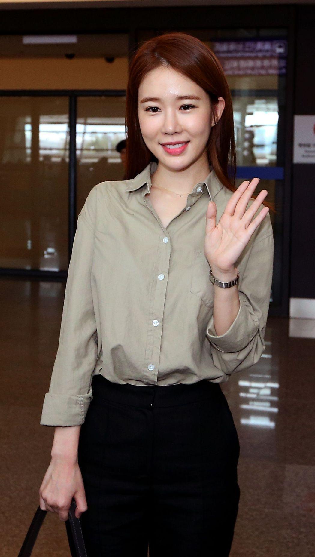 劉仁娜詮釋灰色Mademoiselle Longchamp包。記者陳嘉寧/攝影