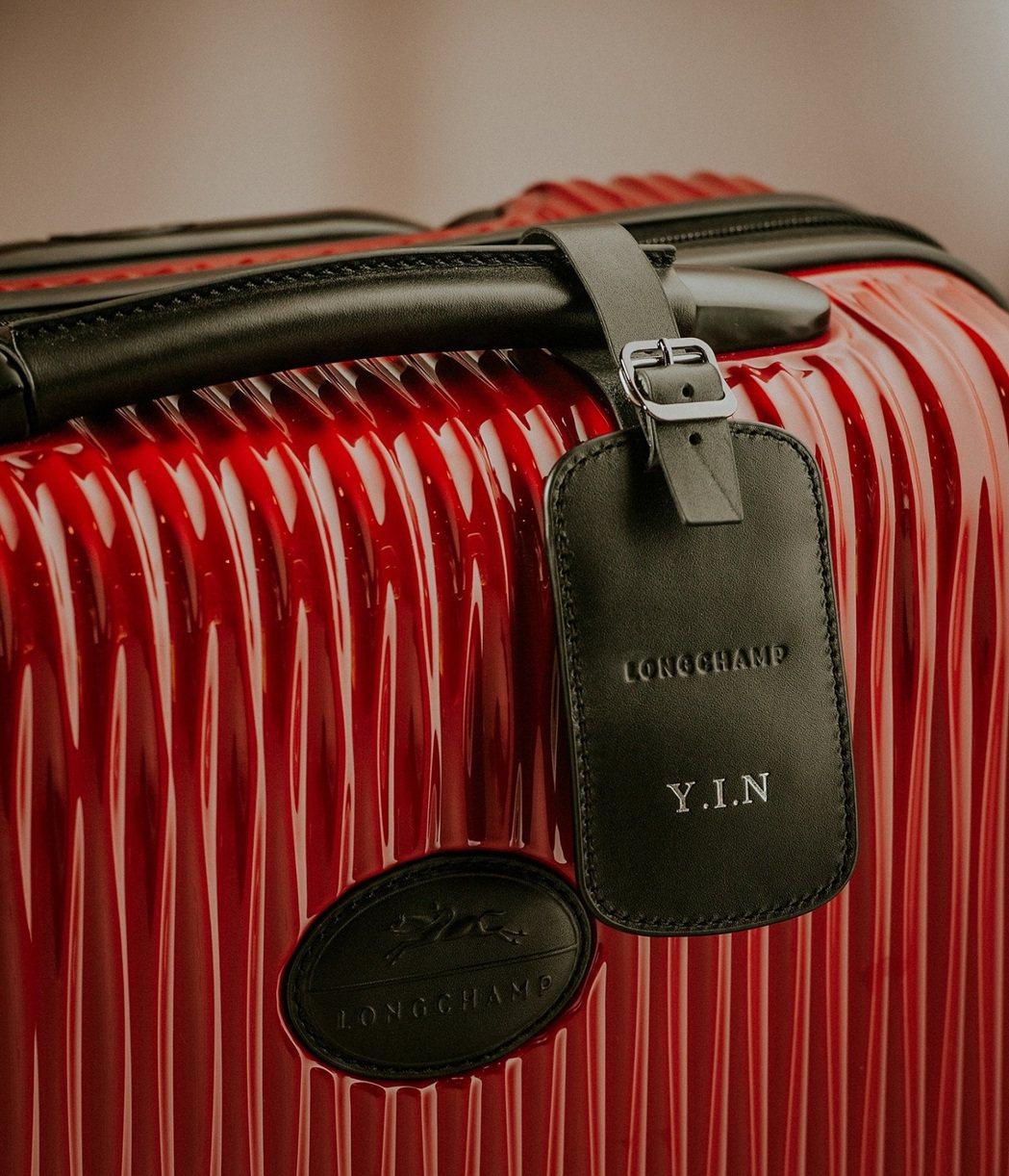 劉仁娜專屬Fairval行李箱附有壓印名字縮寫的「YIN」皮革行李吊牌。圖/Lo...
