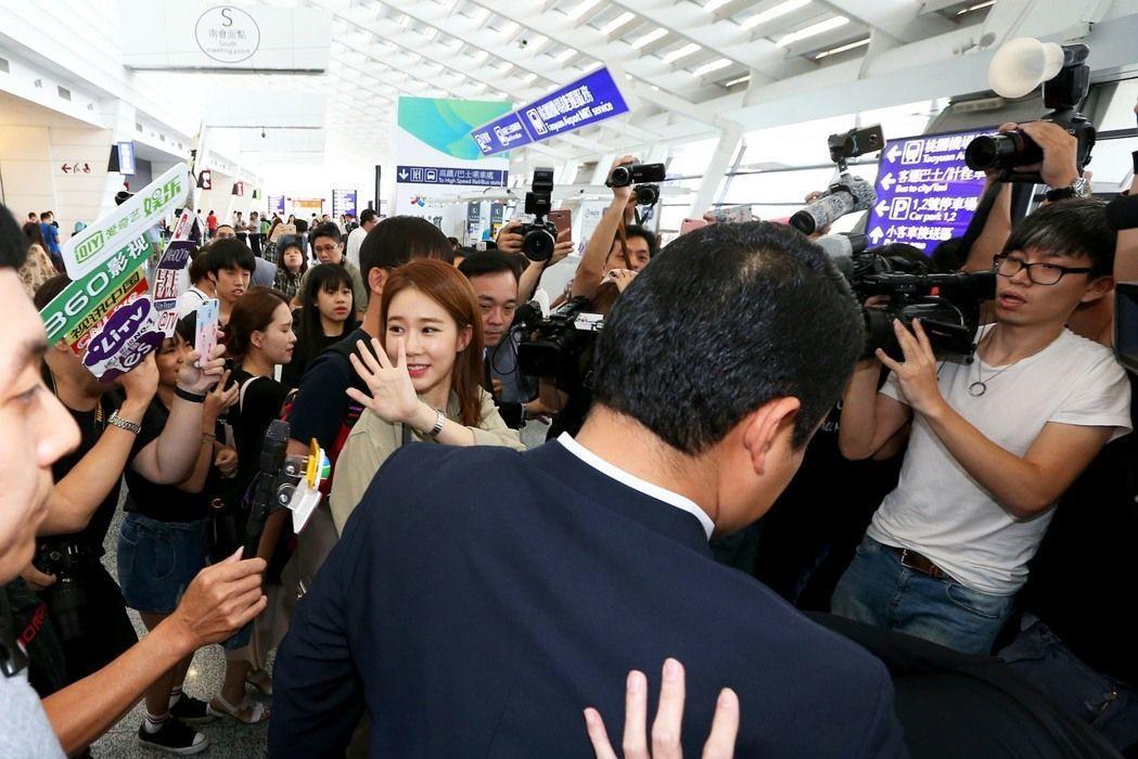 劉仁娜飛抵台灣,被熱情粉絲包圍。記者陳嘉寧/攝影