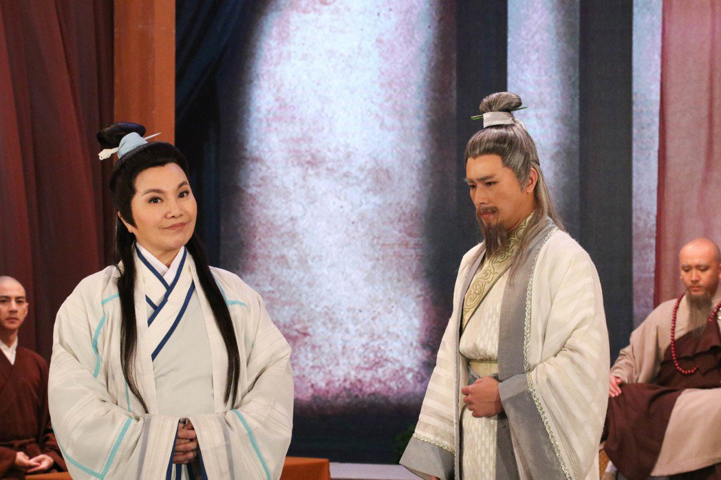 傅子純(右)扮老妝,唐美雲給一百分。圖/民視提供