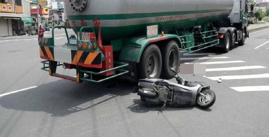昨天安南區本田路與本淵路口,發生機車與石油槽車事故,機車騎士傷重不治。記者邵心杰...