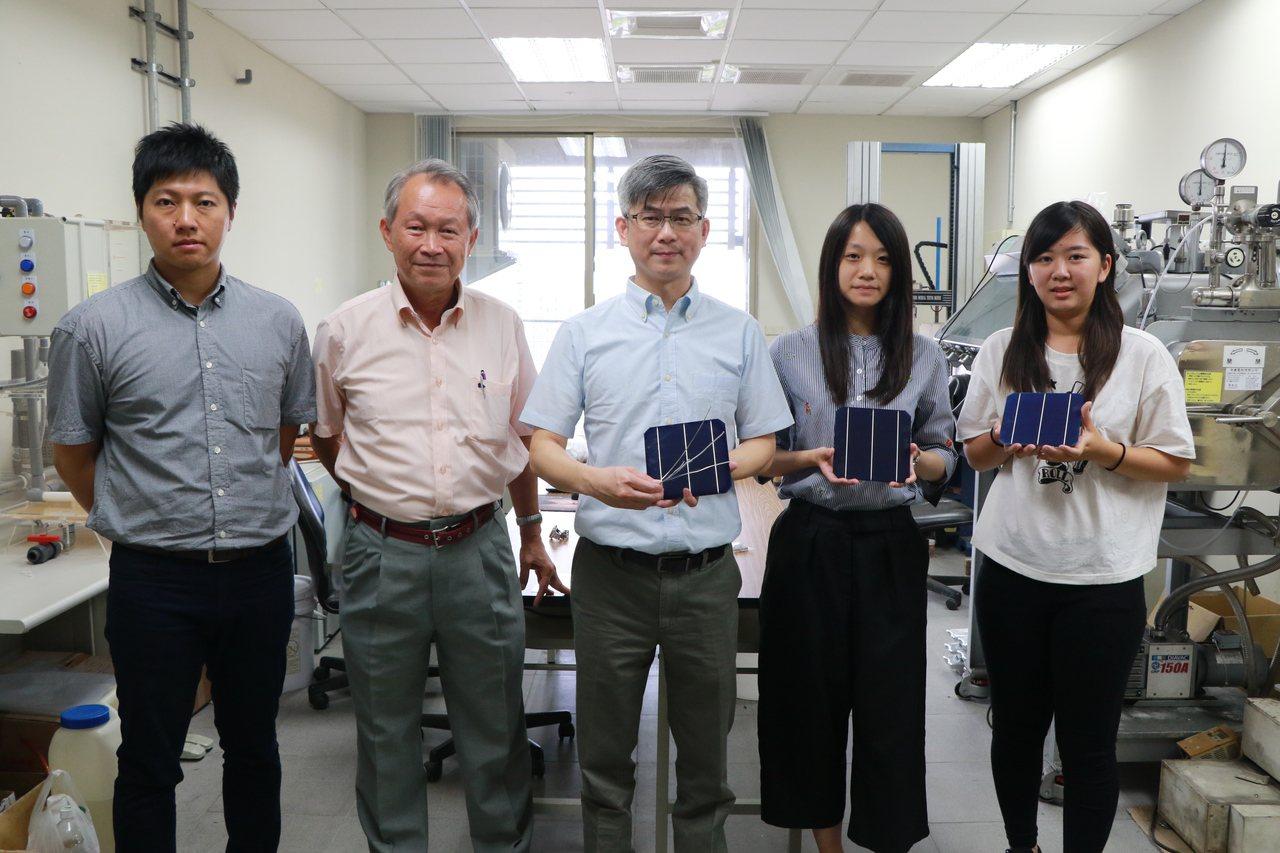 成大材料系教授洪飛義(中)與呂傳盛(左2)帶領團隊,研發不需要銀膠的太陽能板,可...