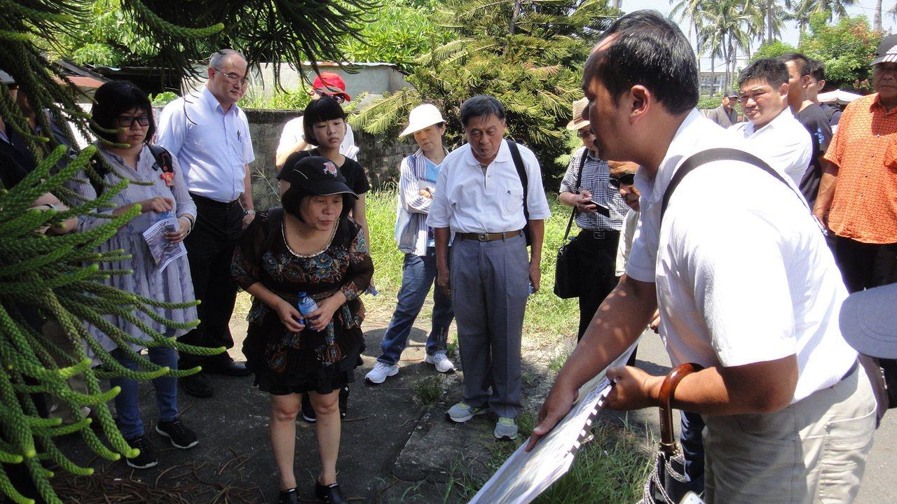 營建署都委會專案小組上午前往東港共和新村現勘。記者蔣繼平/攝影