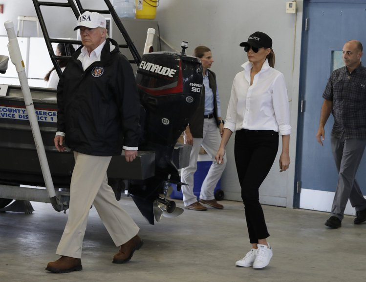 美國第一夫人梅蘭妮亞勘災換上Stan Smith白球鞋。圖/美聯社