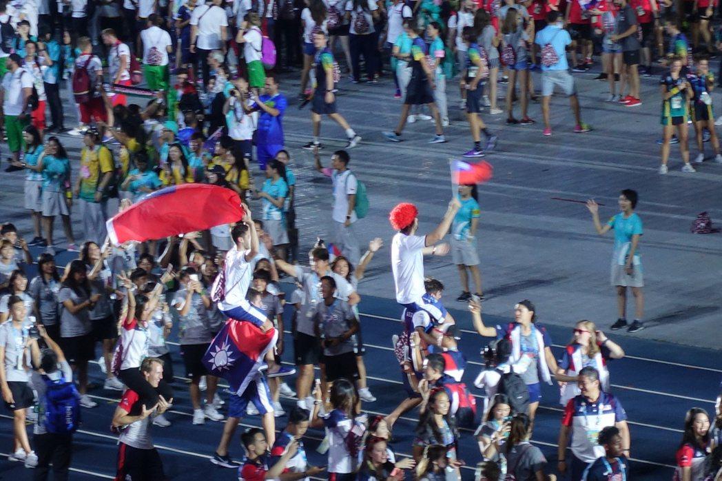 世大運閉幕式,1萬3千多個座位幾乎座無虛席,當各國選手代表進場時,全場響起如雷的...