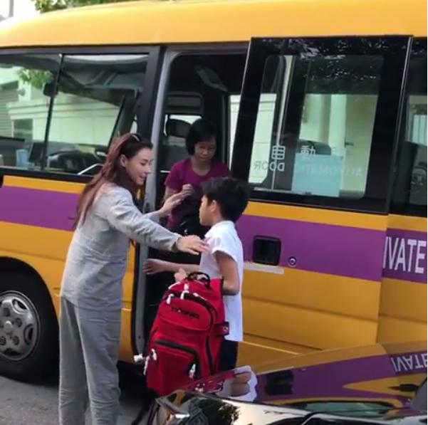 張柏芝送兩個兒子上學,贏得網友「好媽媽」的讚賞。圖/翻攝自Instagram