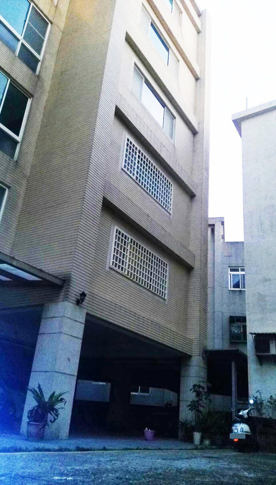 一名高二女學生今天開學日下課返家,墜樓死亡在住家前空地。記者范榮達/翻攝