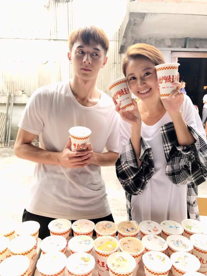 張軒睿(左)請客,林心如笑開懷。圖/摘自臉書