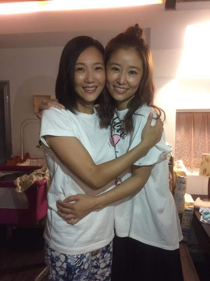 張本渝(左)殺青感謝林心如。圖/摘自臉書