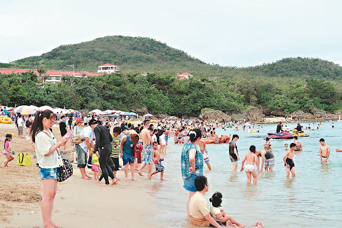 為了刺激遊客到墾丁旅遊,屏東縣府鼓勵旅遊業者推出優惠行程。 本報資料照片