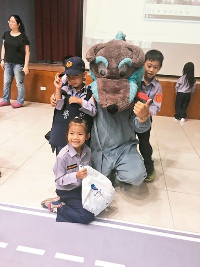 桃園市警局婦幼隊舉辦說故事活動,提醒小朋友注意陌生人出沒。 記者呂筱蟬/攝影