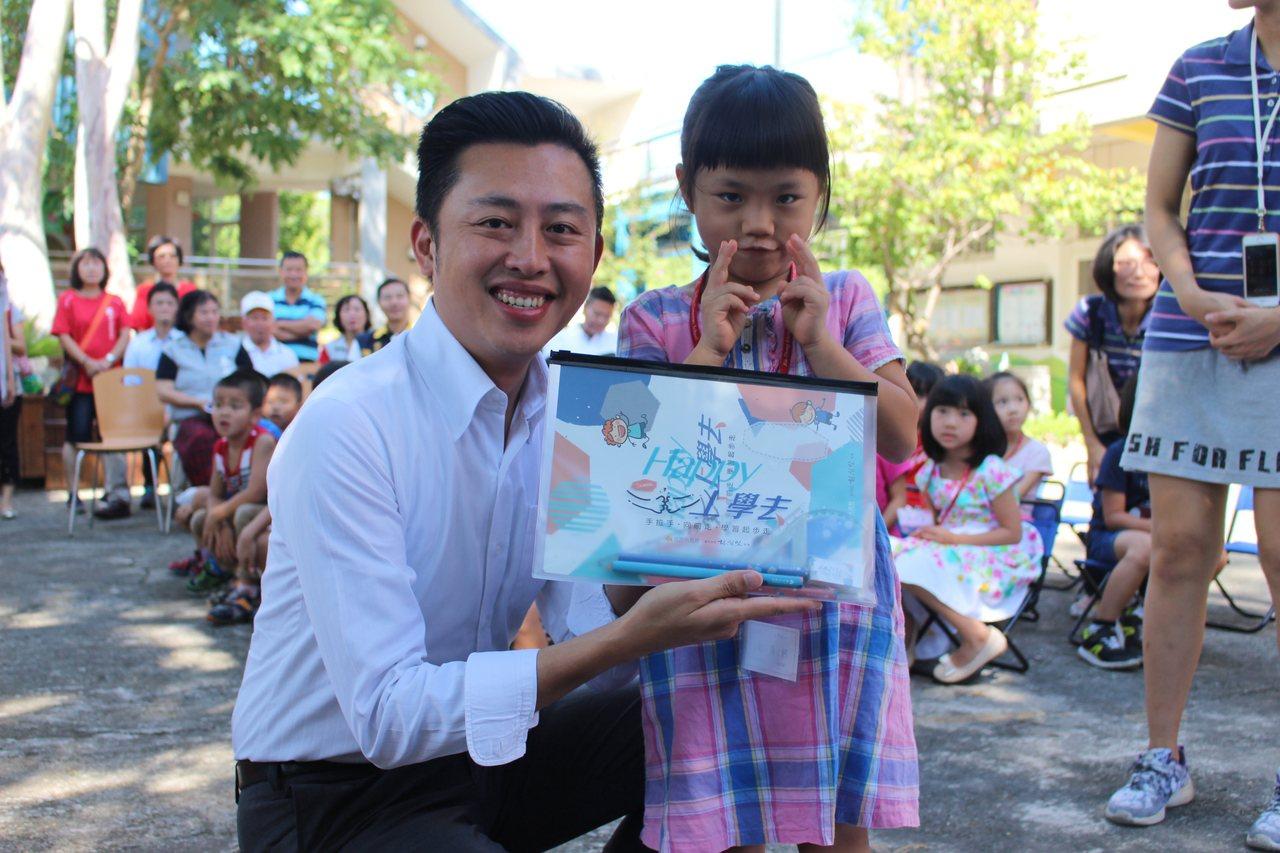 新竹市長林智堅(左)致贈小一新生開學禮。 記者張雅婷/攝影