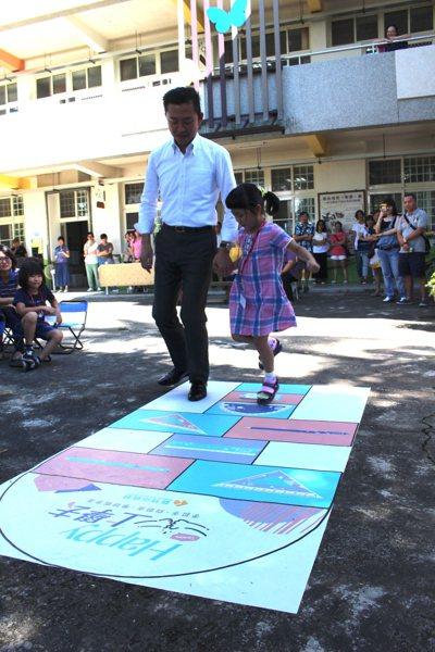新竹市長林智堅(左)帶小一新生跳格子。 記者張雅婷/攝影