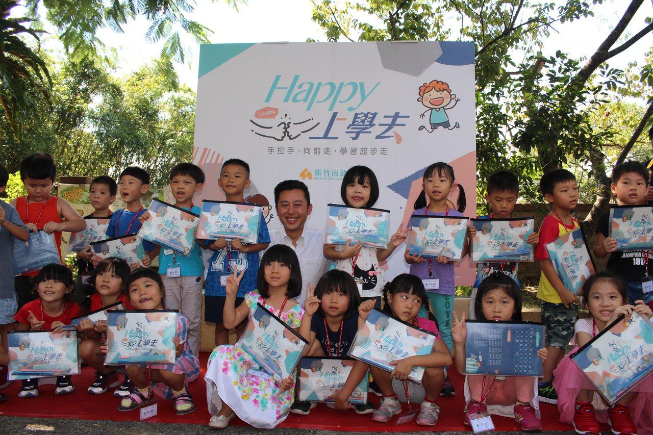 新竹市長林智堅致贈小一新生開學禮。 記者張雅婷/攝影