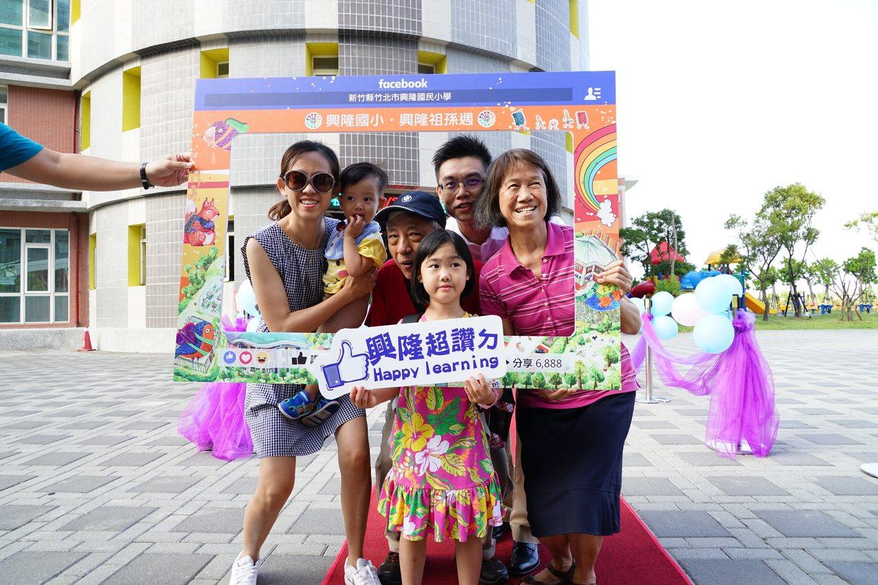 小一新生入學,有祖父母、父母陪同上學,還開心拍照。 記者陳妍霖/攝影