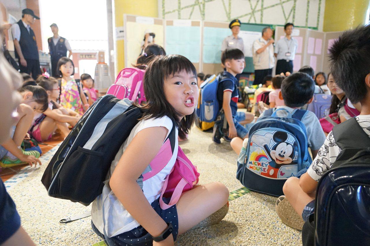 昨天開學首日,新竹縣興隆國小的學童開心上學。 記者陳妍霖/攝影