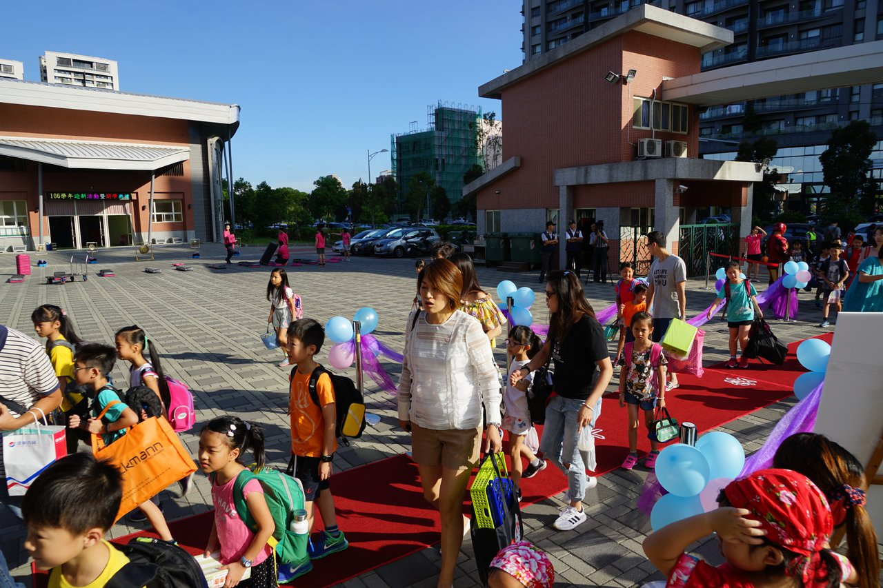 昨天開學首日,新竹縣興隆國小在校門口鋪上紅色的「平安大道」,象徵學童「平安」上學...