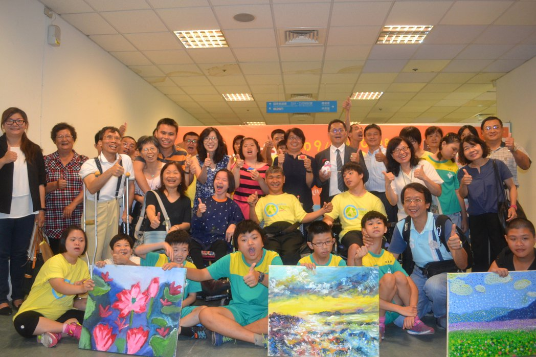 台南生活美學館舉辦「愛畫話一起來」身心障礙美學主題展,讓身心障礙者透過繪畫說出心...