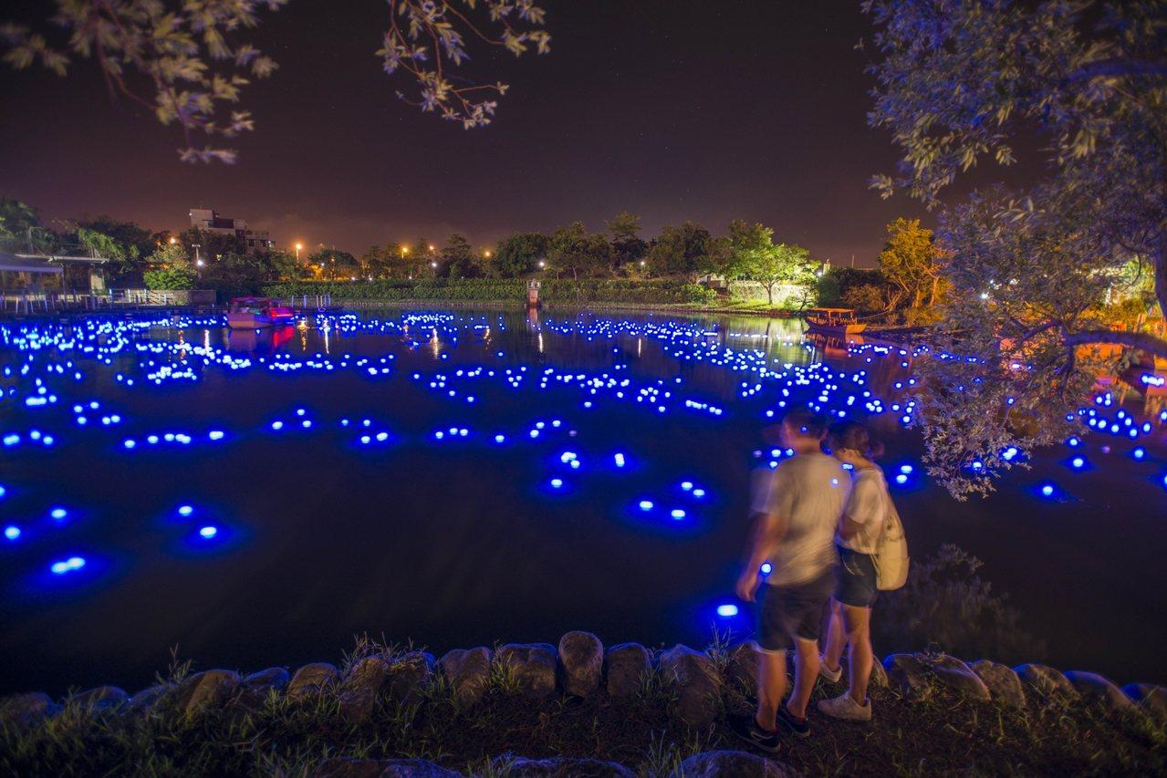 傳藝宜蘭園區的「藍眼淚」美呆了,是情侶散步賞景的好去處。圖/石世民提供