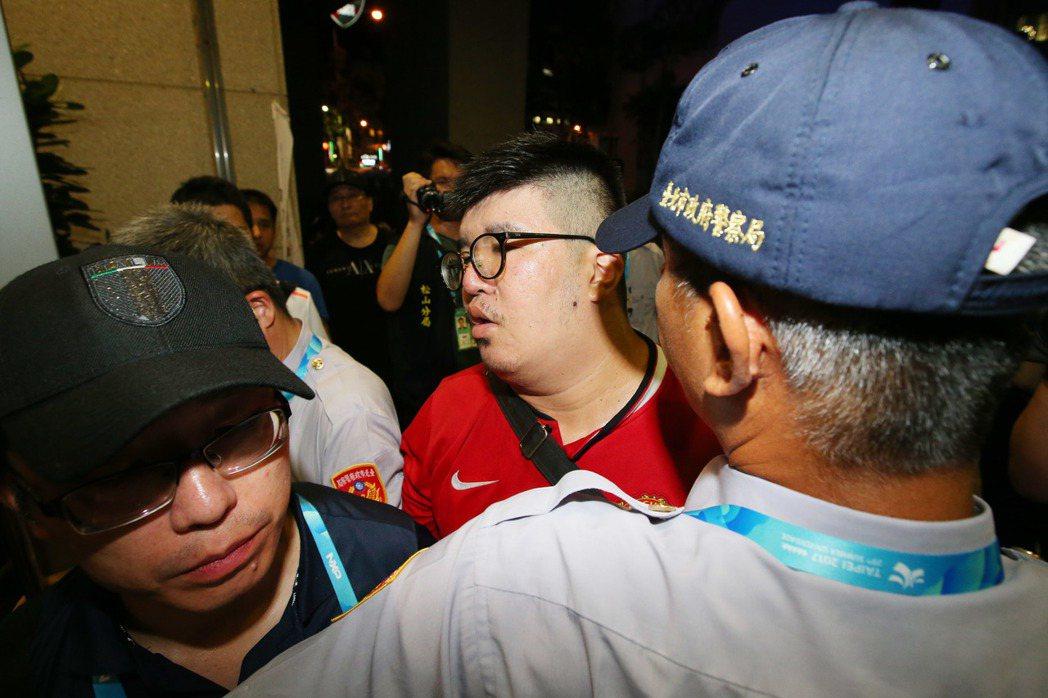 獨派團體聲援被逮捕的陳姓男子,有男子在門外與員警爆發多次推擠。 記者王騰毅/攝影