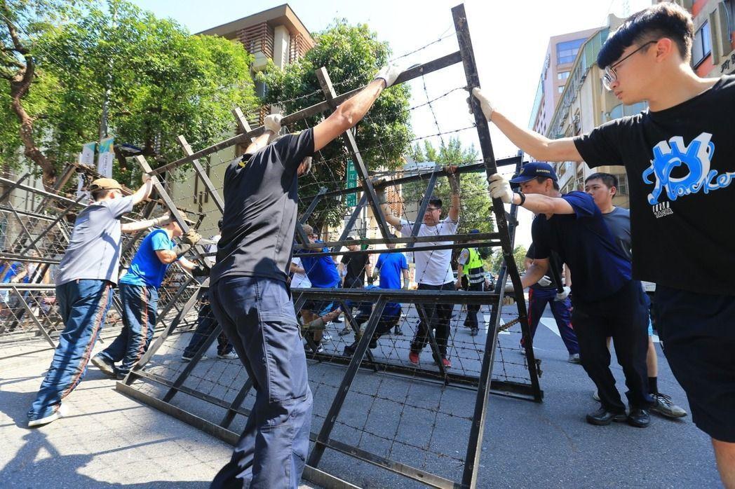 世大運風光落幕,員警這段期間在小巨蛋外,辛苦的架設鐵拒馬。 記者林伯東/攝影