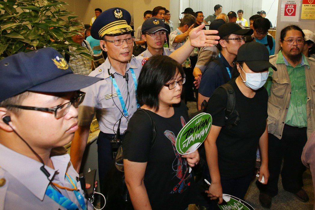 松山分局長黃永志不斷勸說「這是我們辦公場所,請離開。」但獨派團體卻不願離去。 記...