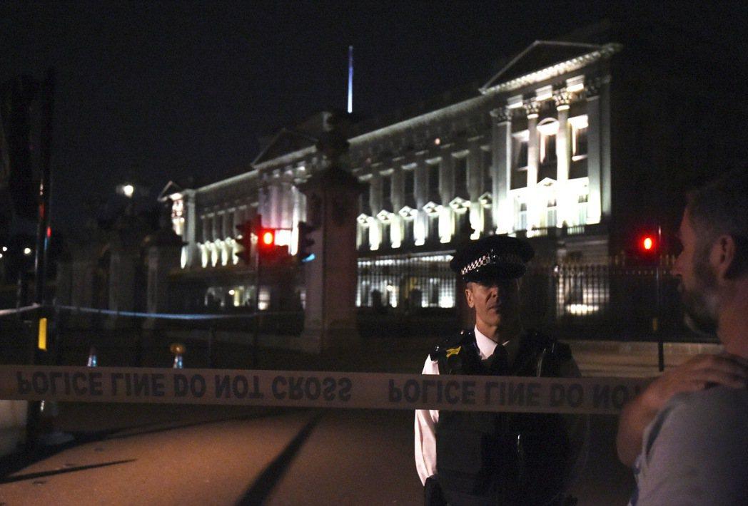上月25日在英國女王伊麗莎白二世寢宮白金漢宮外(圖)持劍攻擊警員而遭到逮捕的男子...