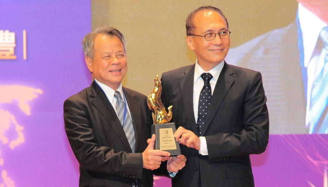 富邦產險董事長陳燦煌(左)獲終身成就卓越獎榮耀,由行政院院長林全頒發獎座。