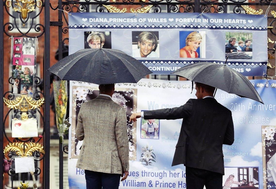 8月30日,母親忌日的前夕,威廉與哈利兩位王子特別到倫敦肯辛頓宮,向母親與母親的...