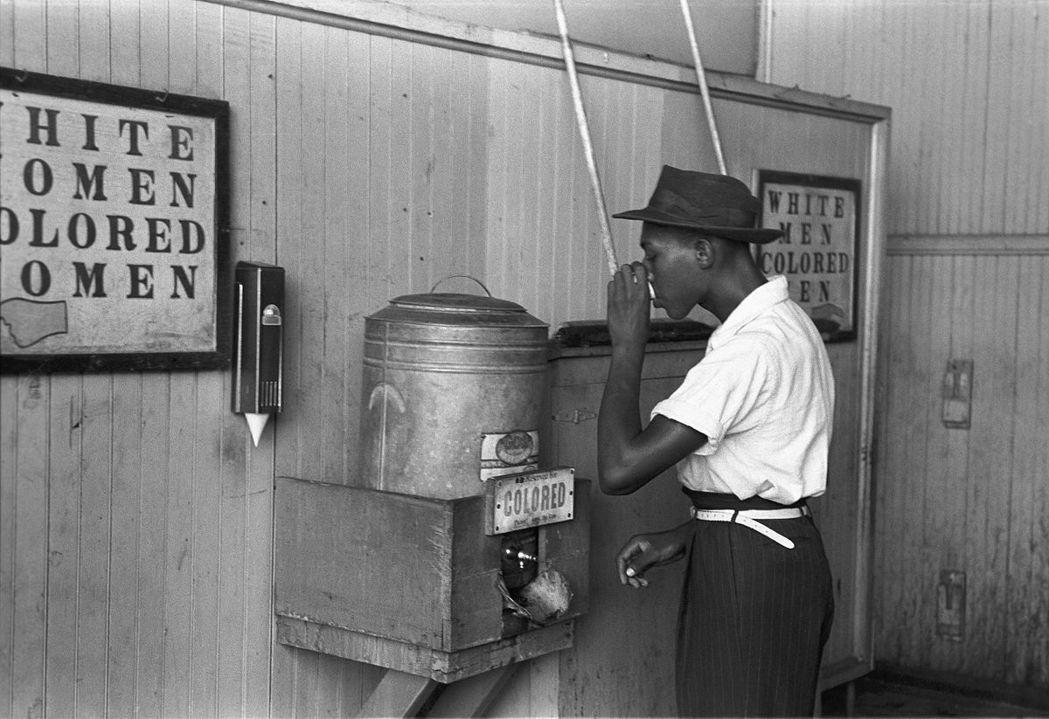 種族隔離的吉姆.克勞法更宣告廢奴重建的任務壽終正寢。在該法之下,黑人生活的一切都...