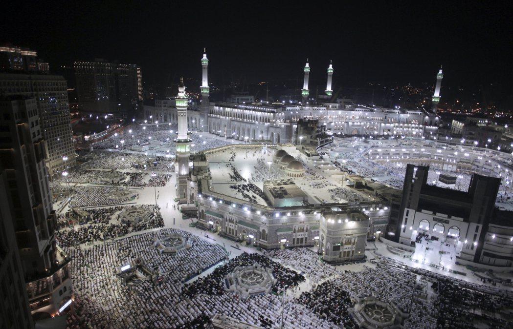 麥加大清真寺29日入夜後燈火通明,寺廟內外滿是信眾。  (美聯社)