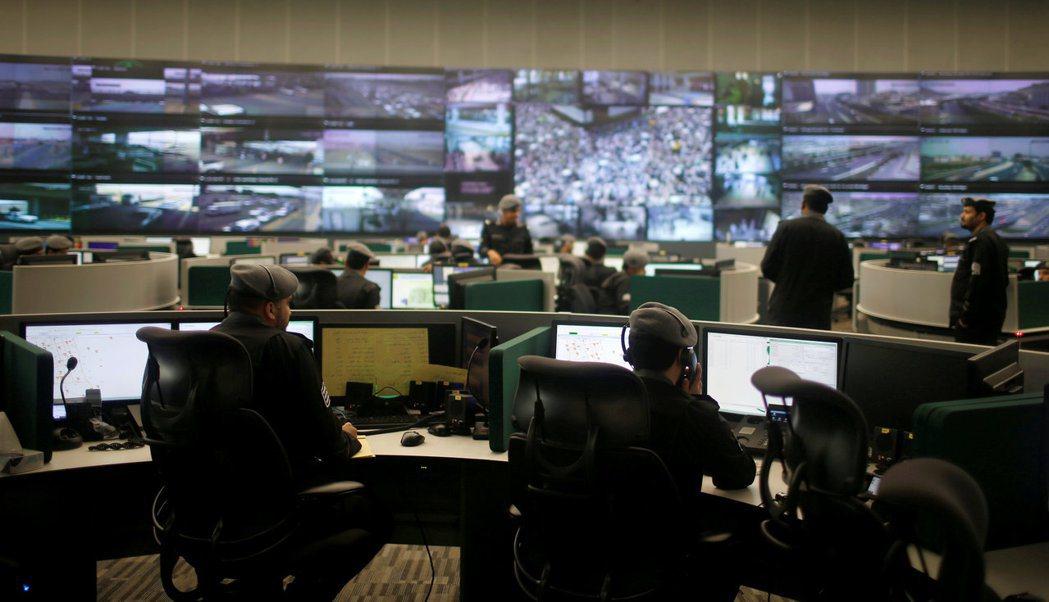 沙烏地阿拉伯的安全人員29日在聖城麥加的「全國安全作業中心」,密切監視朝覲與周遭...