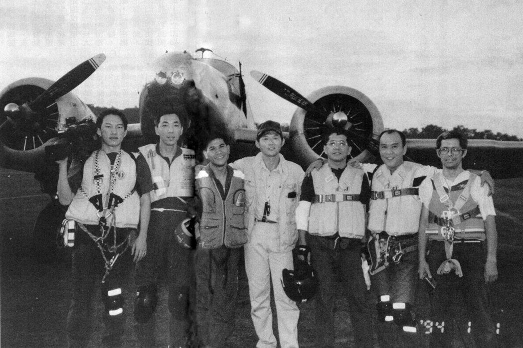 七位登機執行任務的成員行前合影,左起羅樹明、李衛華、王光華、王仲年、高源流、章家...