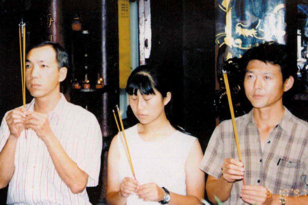 王仲年(右)、尹莉文(中)與李衛華赴美前到廟中焚香祝禱。 圖/王仲年、魯國明提供