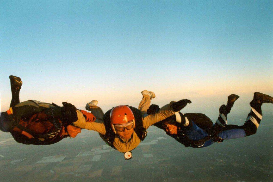空降員傘訓空中跳傘鏡頭。 圖/王仲年、魯國明提供