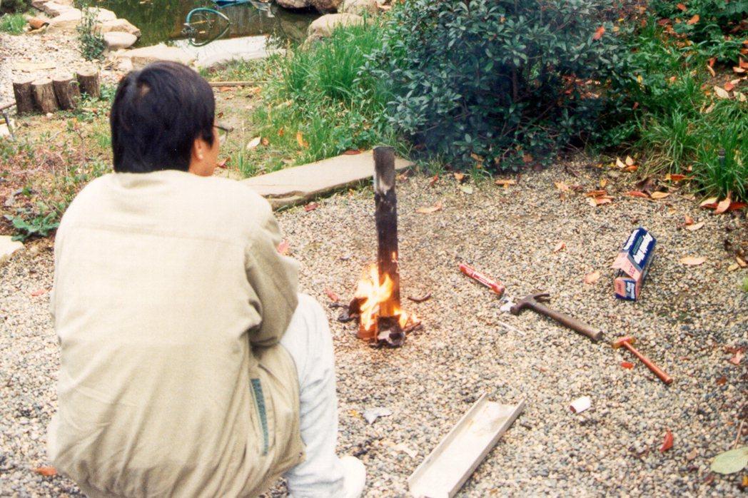 空降員還要練習如何以燒灼方式,把燈塔的支架燒斷。 圖/王仲年、魯國明提供