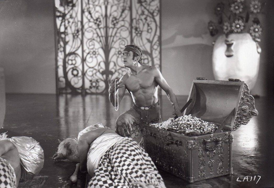 道格拉斯范朋克主演默片版的「月宮寶盒」。圖/摘自imdb