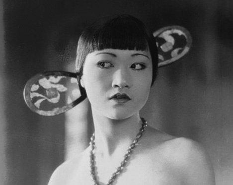 第一位在歐美影壇闖出名號的華裔女星黃柳霜,是默片版「月宮寶盒」的反派配角。圖/摘...