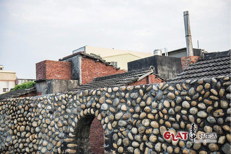 當地居民利用卵石摻雜螺殼,砌成人高的土牆,這是海口人的智慧。