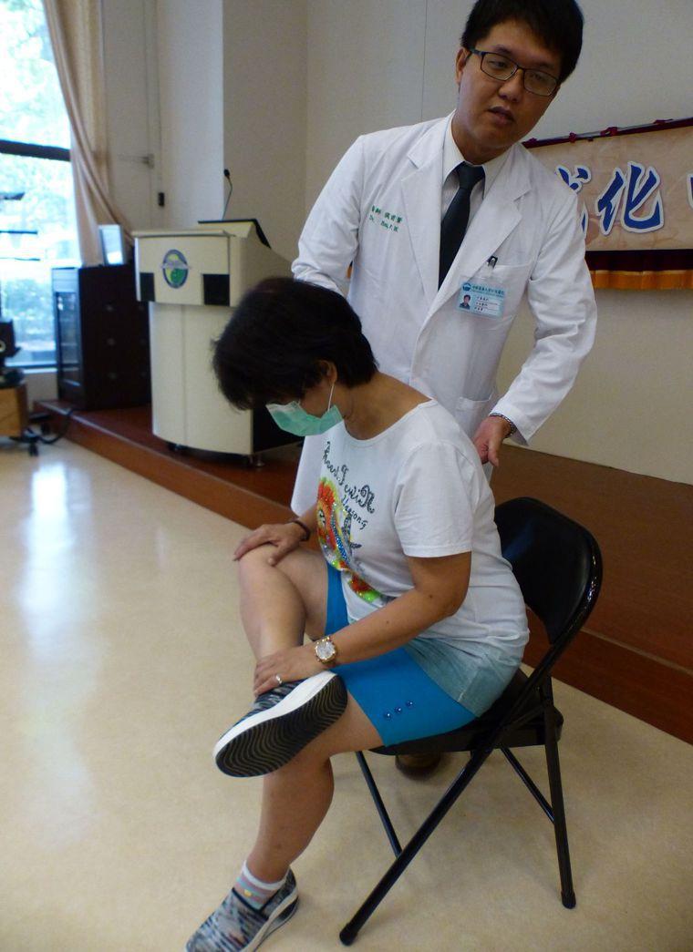 醫師侯甫葦(後)建議,民眾平時可坐著翹腳、挺直上身往膝蓋方向壓,訓練股四頭肌,減...