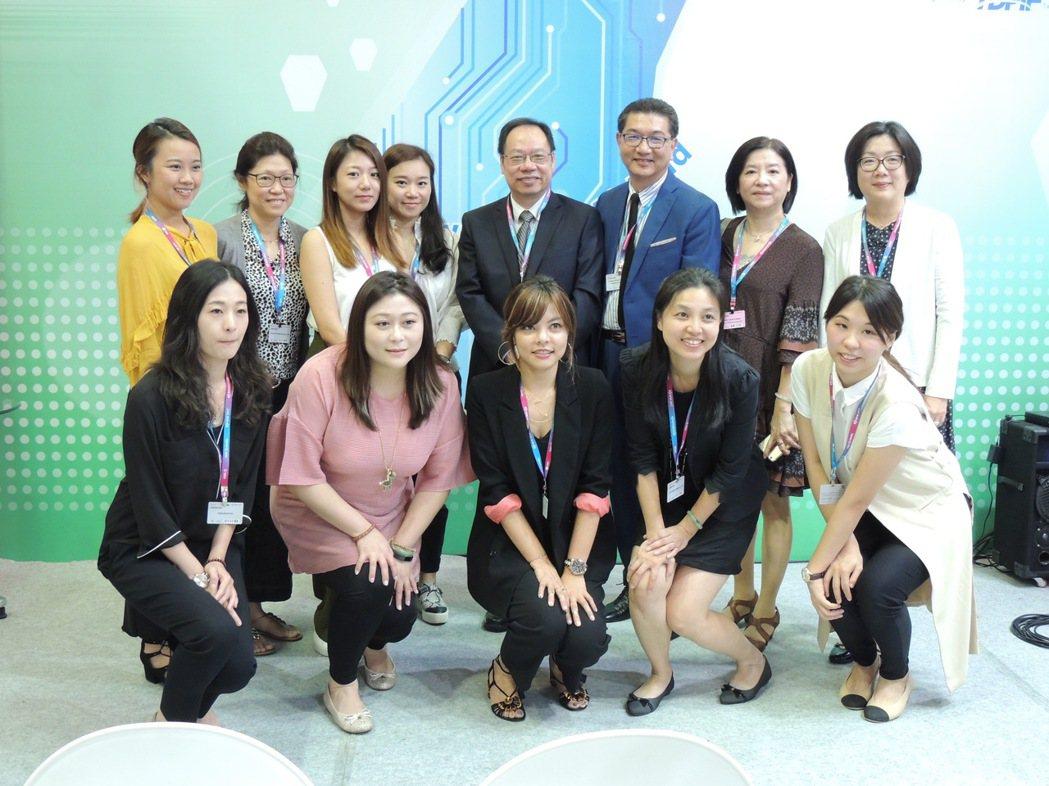 林錫輝(後排右三)率領台灣團隊進軍第17屆「韓國首爾電視展BCWW」。圖/明悅整...
