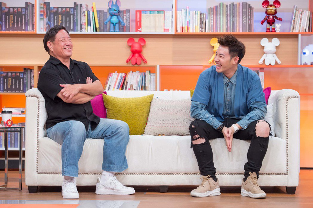 潘瑋柏(右)和潘爸爸一起上TVBS「小燕有約」。圖/TVBS提供